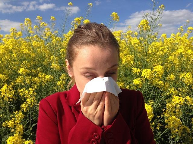 Chica estornudando por alergias