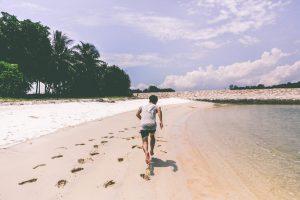 consejos-correr-playa-runner-descalzo